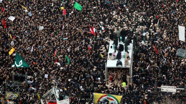 05.01.2020 | Ciało Kasema Sulejmaniego jest już w Iranie. Ogromne tłumy na ulicach