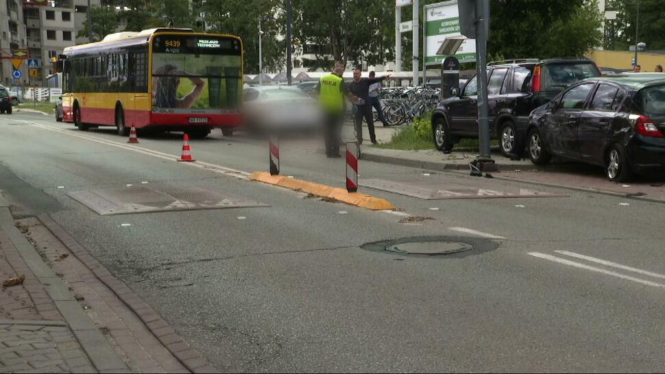 Autobus wjechał w zaparkowane auta. Kierowca był pod wpływem substancji odurzających