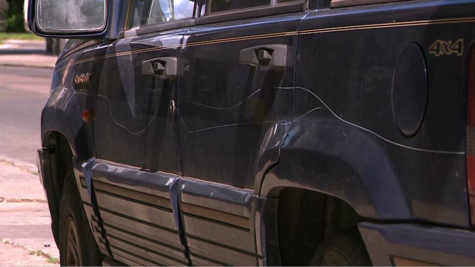 """Samochody zaparkowały na chodniku, 60-latka """"postanowiła sama wymierzyć sprawiedliwość"""""""