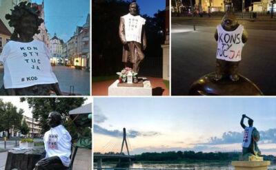 Pomniki w koszulkach z napisem KONSTYTUCJA. Happening członków KOD