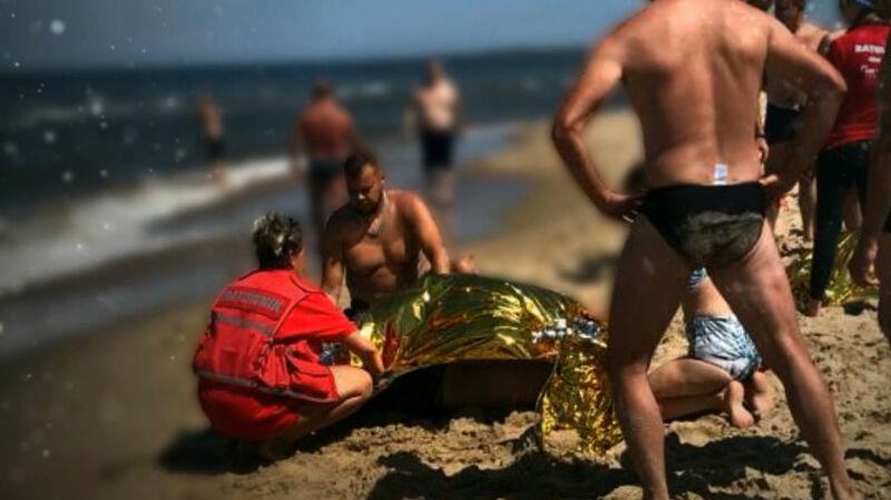 Trójka dzieci topiła się w morzu. Na pomoc ruszyli policjanci