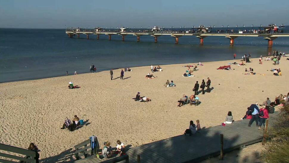 Nad Bałtykiem pojawili się plażowicze. Pracują nad opalenizną