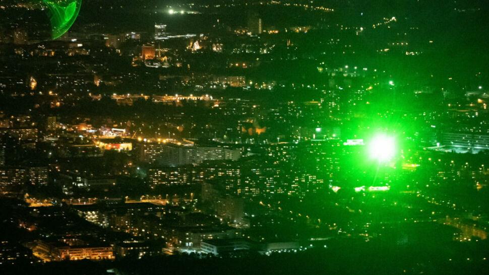 Celował laserem w samolot. Prokuratura umorzyła sprawę