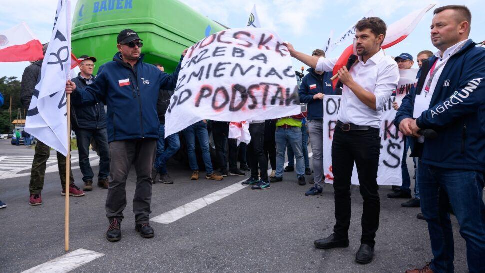 """AgroUnia zablokowała drogi w kilku województwach. """"Będziemy protestować do skutku"""""""