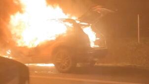 Samochód stanął w płomieniach. Łuna widoczna z daleka
