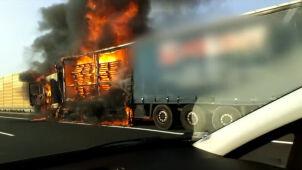 Płomienie na autostradzie. Zapaliła się ciężarówka
