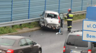 Aleja Prymasa Tysiąclecia: auto uderzyło w barierki