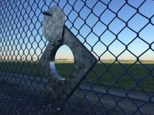 Lotnisko Chopina zrobiło... dziury w swoim ogrodzeniu
