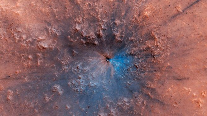 Nowe zdjęcie powierzchni Marsa. Do powstania krateru wystarczyła niewielka skała