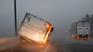 Wiatr był tak silny, że przewracał ciężarówki. Rośnie bilans ofiar tajfunu Faxai