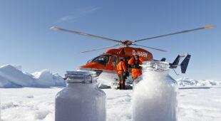 Pobieranie próbek śniegu (PAP/EPA/KAJETAN DEJA, JUERG TRACHSEL/ALFRED WEGENER INSTITUT HANDOUT)