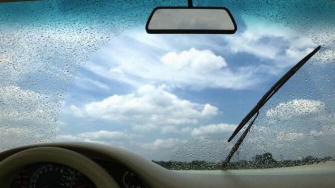 Przelotny deszcz i burze utrudnią jazdę w niektórych częściach kraju