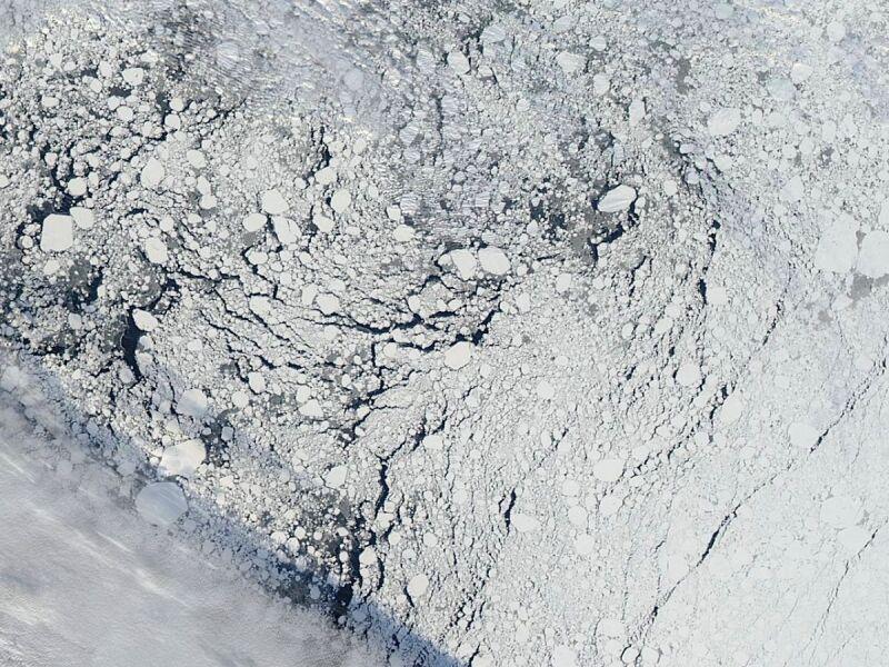 Arktyczny lód na północ od Alaski na zdjęciu satelitarnym  z 13 września